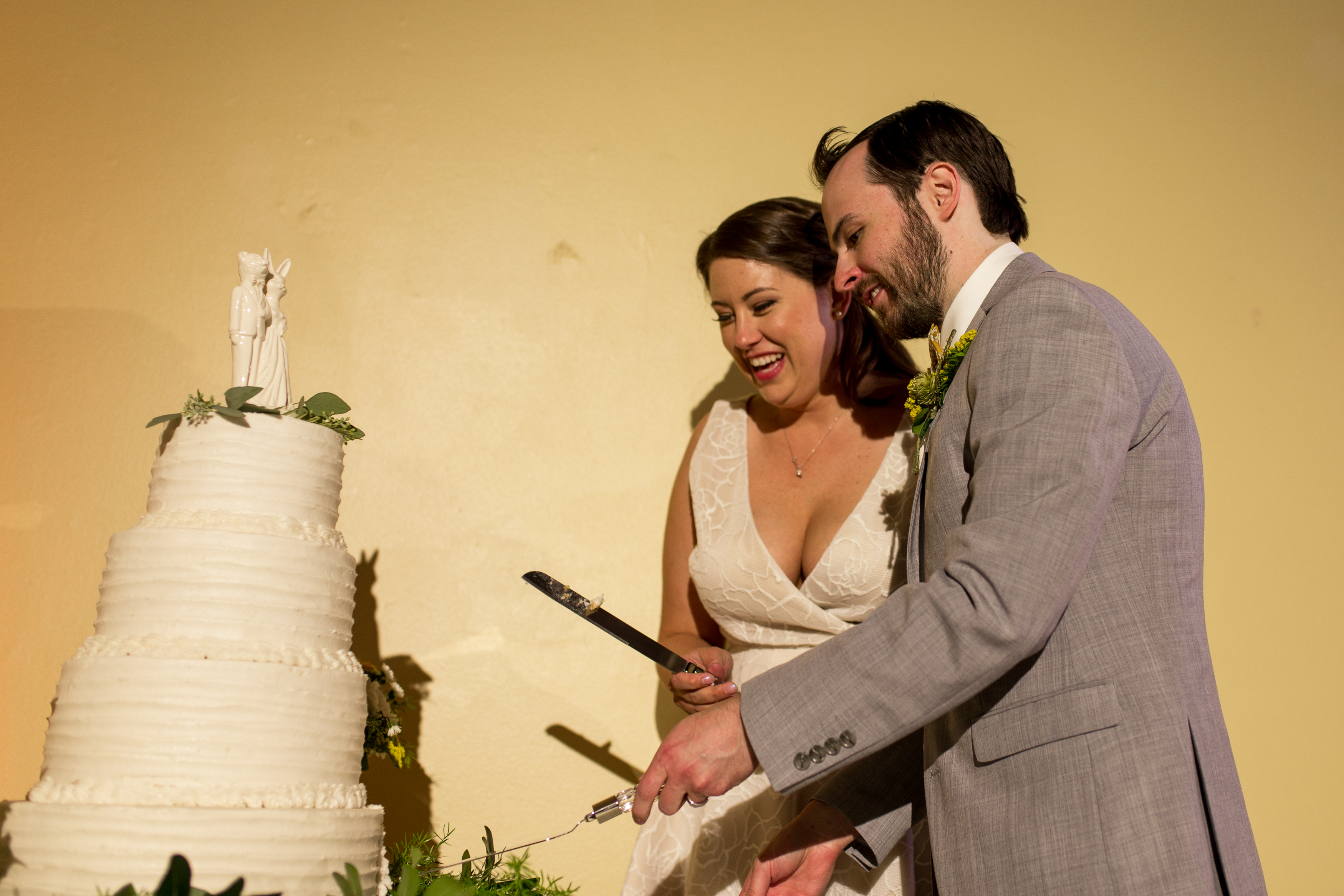 bride and groom cutting cake at Minnetrista in Muncie Indiana