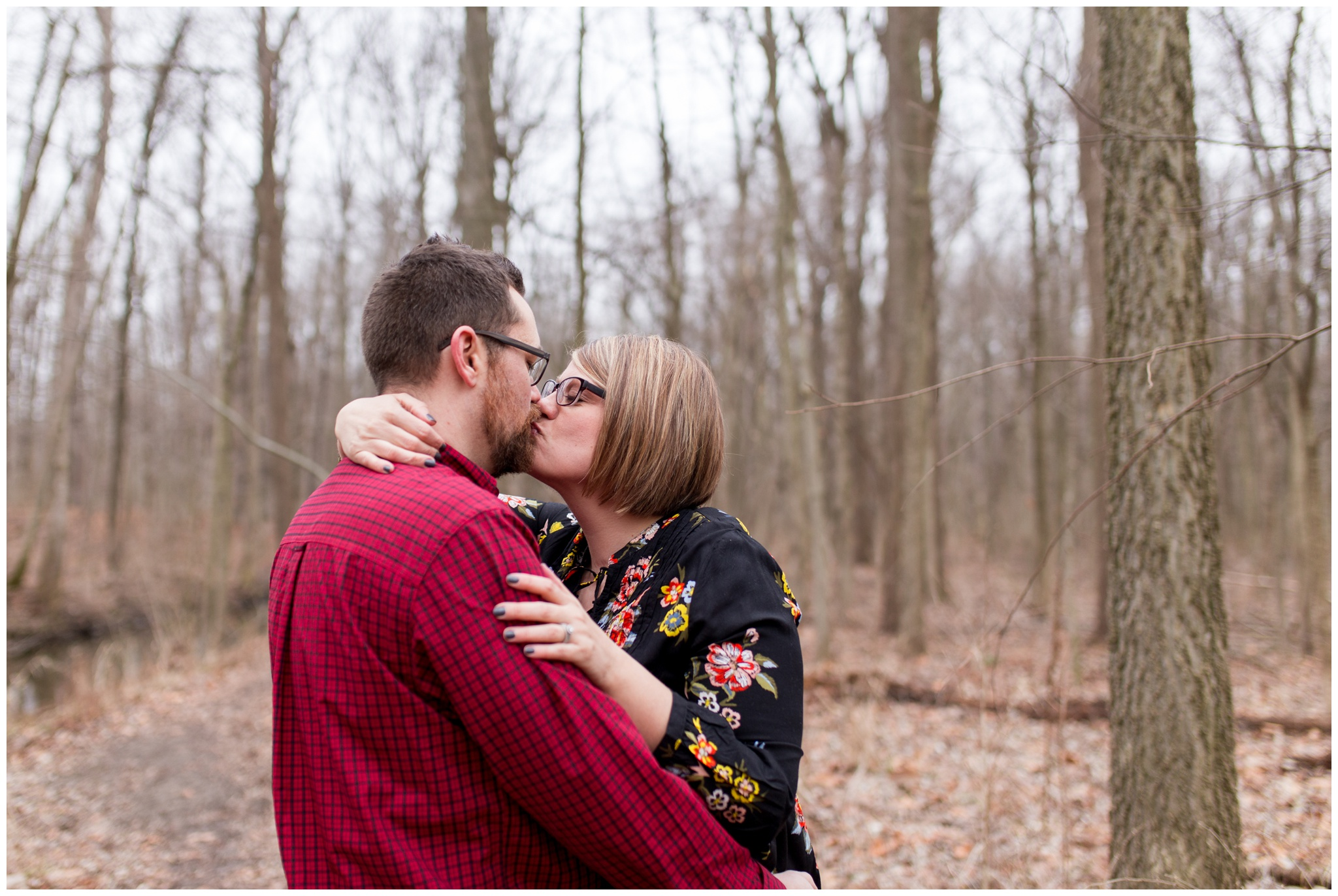 mom and dad kissing during Kokomo Indiana maternity session at Jackson Morrow Park