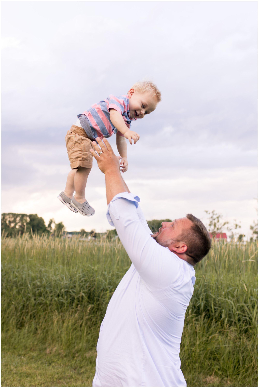 dad throws son into air during Kokomo Indiana family session
