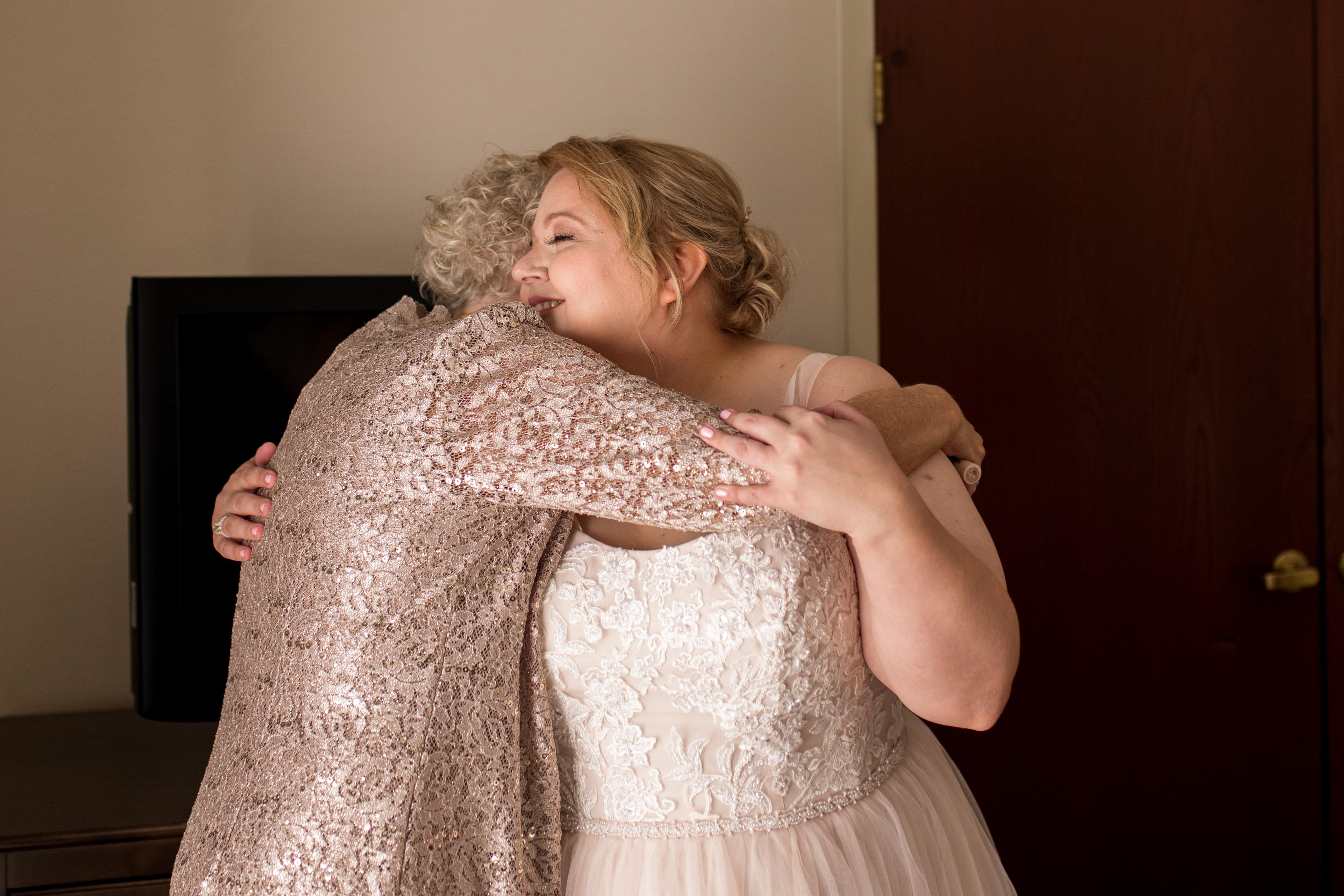 bride and mom hug before Kokomo Indiana wedding