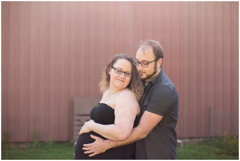 Kokomo Indiana maternity photographer capturing mom & dad on personal property